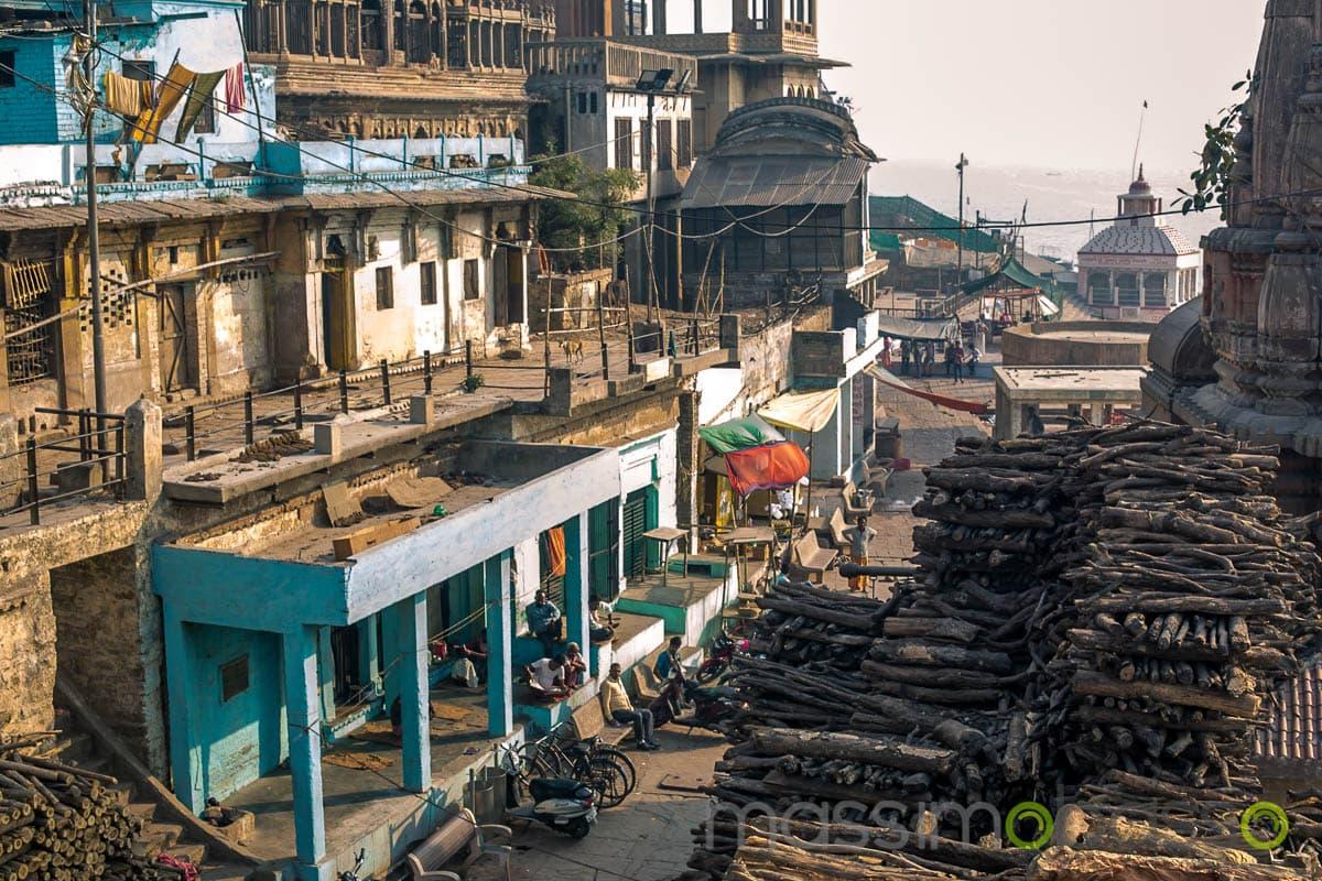 Legno per la cremazione a Manikarnika Ghat a Varanas, sullo sfondo il Gangei - i luoghi sacri dell'induismo - Massimo Basso _