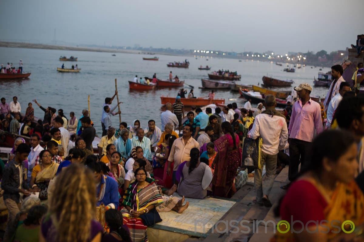 fedeli sulle rive del Gange a Varanasi - i luoghi sacri dell'induismo - Massimo Basso _