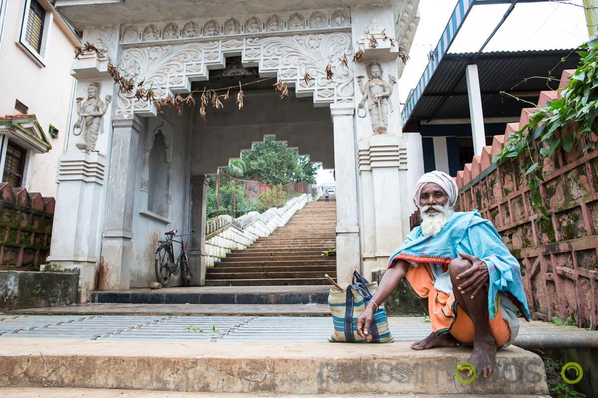 i luoghi sacri dell'induismo - santone che riceve l'elemosina