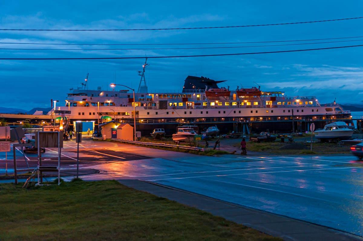 Traghetto durante una Crociera in Alaska MArine Highway in sosta nell'Inside Passage