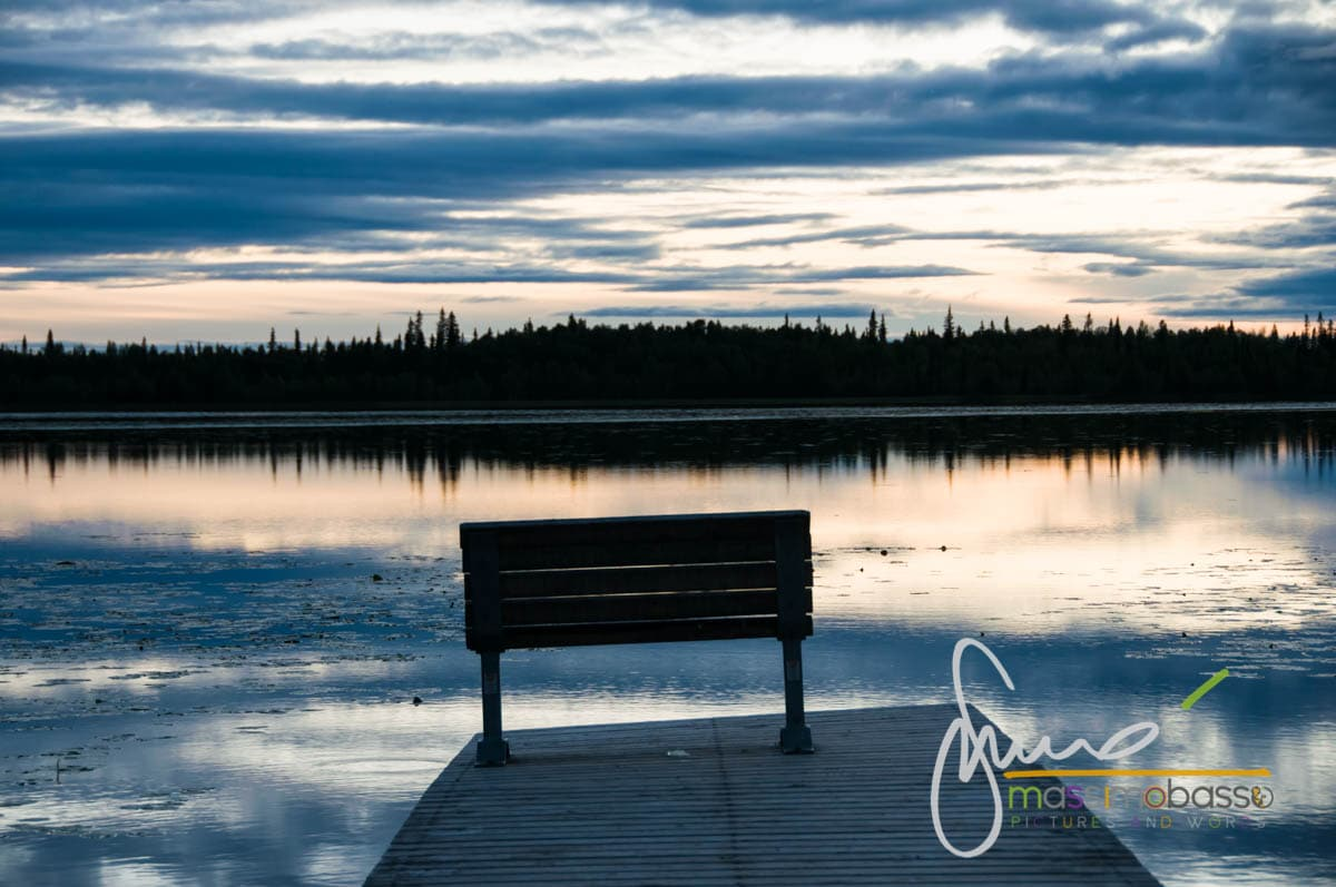 Scorcio di panorama di un lago, durante il viaggio in Alaska in auto