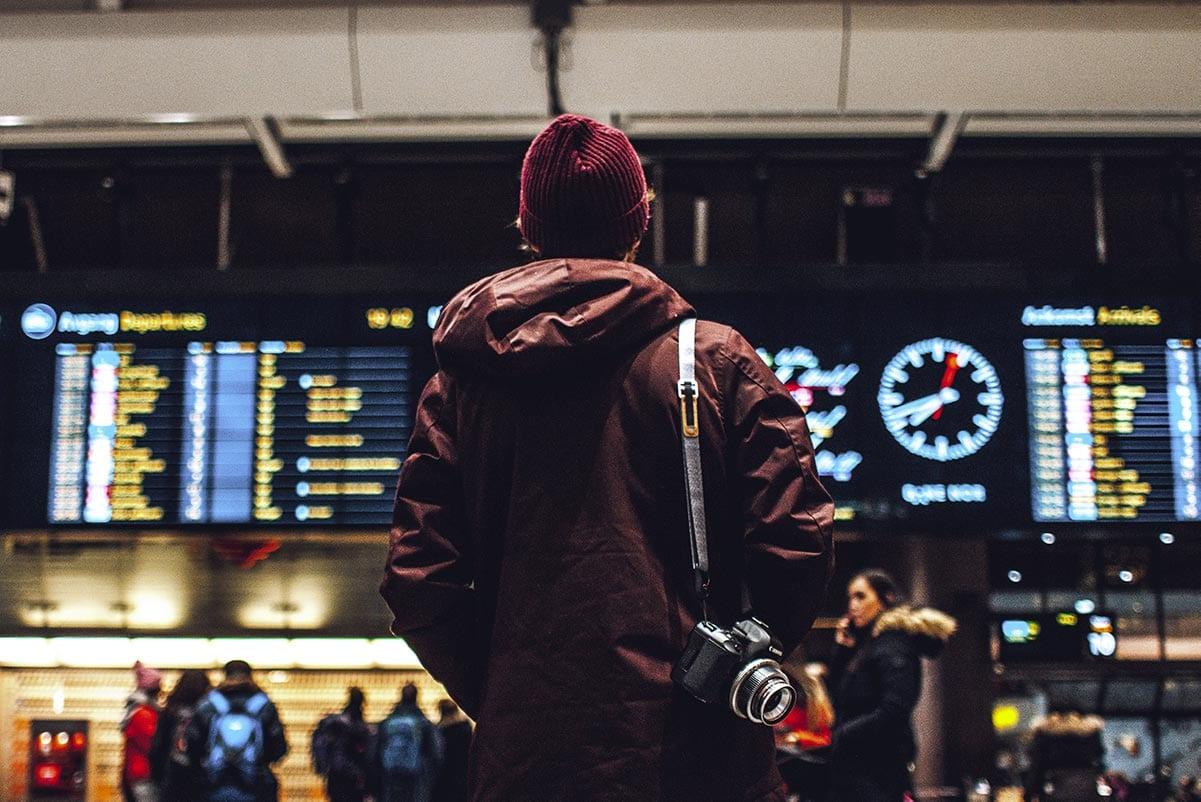 Photo by Erik Odiin on Unsplash - all'aeroporto