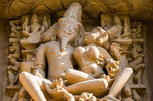 I templi di Khajuraho e le rappresentazioni erotiche che evocano il Kamasutra