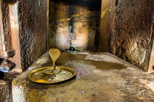 tempio di Shiva il distruttore con Linga e cobra